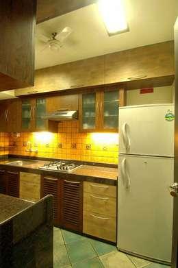 Hiranis: modern Kitchen by Studio Vibes