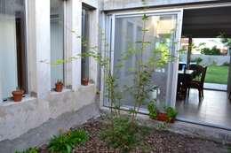 CASA A PATIO : Jardines de estilo moderno por epb arquitectura