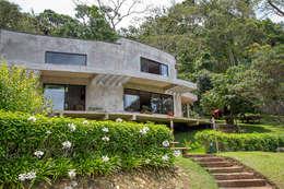 Casa Campo / Ateliê - Vale das Videiras: Casas modernas por Carlos Salles Arquitetura e Interiores