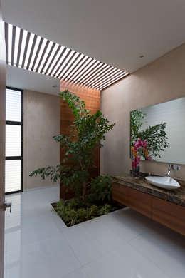 Casa O44: Baños de estilo  por P11 ARQUITECTOS