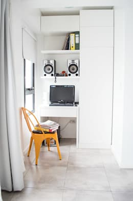 Escritorio + Guardado: Livings de estilo minimalista por MINBAI