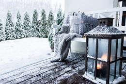 Kuscheliges Plaid und Kissen aus Wolle: skandinavische Wohnzimmer von Baltic Design Shop