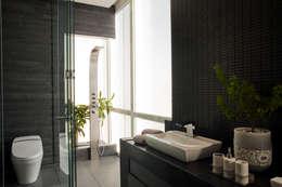 Baños de estilo moderno por Serrano Monjaraz Arquitectos