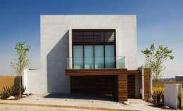 Casas de estilo moderno por Serrano Monjaraz Arquitectos