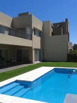 casa minimalista en San Isidro: Casas de estilo minimalista por Family Houses