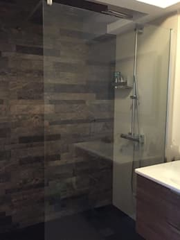 Rénovation: Salle de bains de style  par Amnios