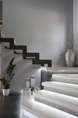 modern Corridor, hallway & stairs by Studio Ferlenda