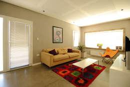 Casa Storni: Salas multimedia de estilo minimalista por Queixalós.Trull Arquitectos