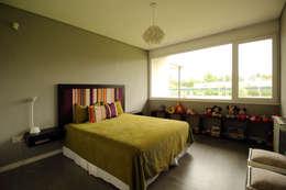 Casa Storni: Dormitorios de estilo minimalista por Queixalós.Trull Arquitectos