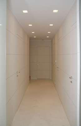 Couloir et hall d'entrée de style  par architetto Davide Fornero