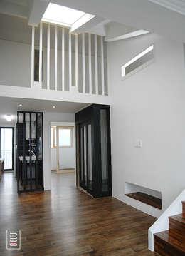 Projekty,  Korytarz, przedpokój zaprojektowane przez 로움 건축과 디자인