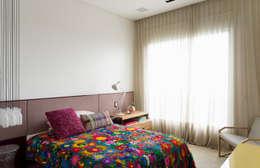 Ibirapuera Apartment: Quartos  por DIEGO REVOLLO ARQUITETURA S/S LTDA.