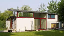 Maison sur un talus: Maisons de style de style Moderne par VORTEX atelier d'architecture