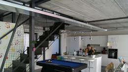 Habitation DNH: Couloir et hall d'entrée de style  par VORTEX atelier d'architecture