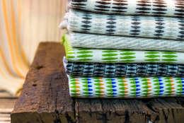 Handgewebte Wolldecken mit originellen Mustern & Farben: skandinavische Wohnzimmer von Baltic Design Shop