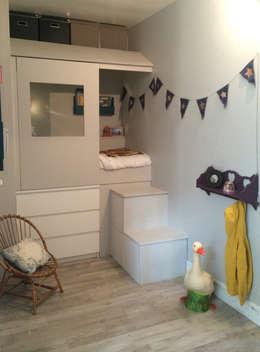 Lit cabane dans une micro chambre: Chambre d'enfant de style de style Moderne par Laetitia Desmond