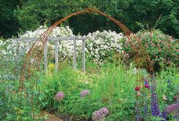 rustikaler Garten von J B Landscapes LTD