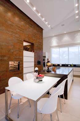 Comedores de estilo moderno por Maria Helena Caetano _ Arquitetura e Interiores