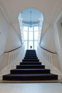 Projekty,  Korytarz, przedpokój zaprojektowane przez Des Ewing Residential Architects