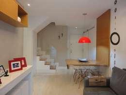 Corridor & hallway by Maria Helena Torres Arquitetura e Design
