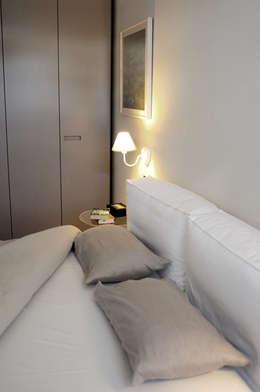 Dormitorios de estilo minimalista por tea.rchitettura