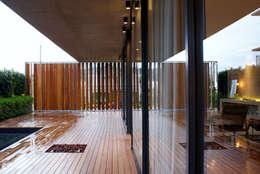 Terrazas de estilo  por JOBIM CARLEVARO arquitetos