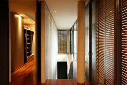 Pasillos y recibidores de estilo  por JOBIM CARLEVARO arquitetos