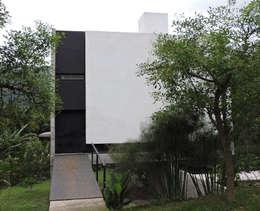 Acceso a través del puente metálico.: Casas de estilo minimalista por jose m zamora ARQ