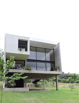 Contrafrente hacia el cerro.: Casas de estilo minimalista por jose m zamora ARQ