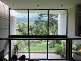 Vista del cerro desde el sector de estudio en el entrepiso.: Estudios y oficinas de estilo minimalista por jose m zamora ARQ