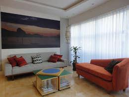 APARTAMENTO EM COPACABANA - CORTE DE CANTAGALO: Salas de estar modernas por Maria Helena Torres Arquitetura e Design
