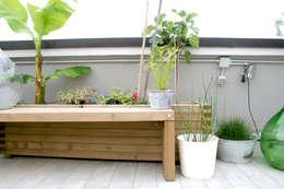 Panca su misura con fioriera: Terrazza in stile  di Atelier delle Verdure