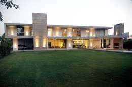 CASA BH : Casas de estilo clásico por Estudio Cavadini