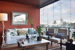 Apartamento Sernambetiba: Terraços  por Laura Boechat Arquitetura