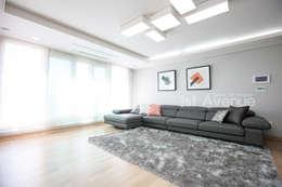 은은한 고급스러움을 표현한 녹번동 인테리어: 퍼스트애비뉴의  거실