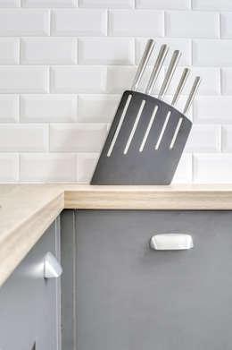 Une petite cuisine sur-mesure à Paris: Cuisine de style de style Moderne par CuisiShop