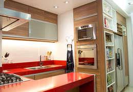 Cozinha em apartamento em Copacabana - RJ: Cozinhas modernas por Marcia Vaz Arquitetura Design e Interiores