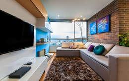 Family Room: Sala multimedia de estilo  por Cristina Cortés Diseño y Decoración