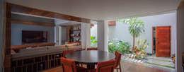 Casa de los 5 Patios: Salas de estilo ecléctico por Almazan y Arquitectos Asociados