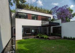 Casa de los 5 Patios: Casas de estilo ecléctico por Almazan y Arquitectos Asociados