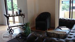 Casa del movimiento: Salas de estilo ecléctico por DeftoHomeStudio INC