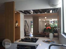 Casa del movimiento: Cocinas de estilo ecléctico por DeftoHomeStudio INC