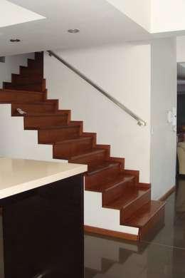 Casa A: Pasillos y recibidores de estilo  por Prece Arquitectura