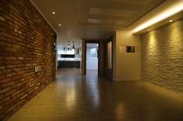 Salas de estar industriais por 디자인세븐