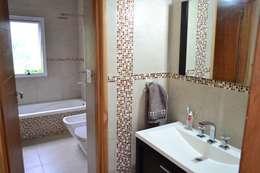 Baño principal: Baños de estilo moderno por epb arquitectura