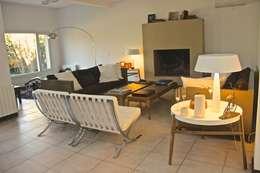LIVING HOME UP 1: Livings de estilo moderno por HOME UP