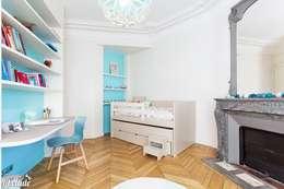 Chambre de fille bleu turquoise: Chambre d'enfant de style de style Moderne par Carnets Libellule