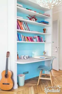 Espace bureau enfant: Chambre d'enfant de style de style Moderne par Carnets Libellule