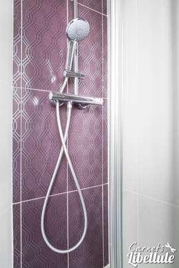 Douche faïence purple: Salle de bains de style  par Carnets Libellule