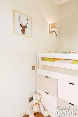 Lit d'enfant avec rangements: Chambre d'enfant de style de style Moderne par Carnets Libellule